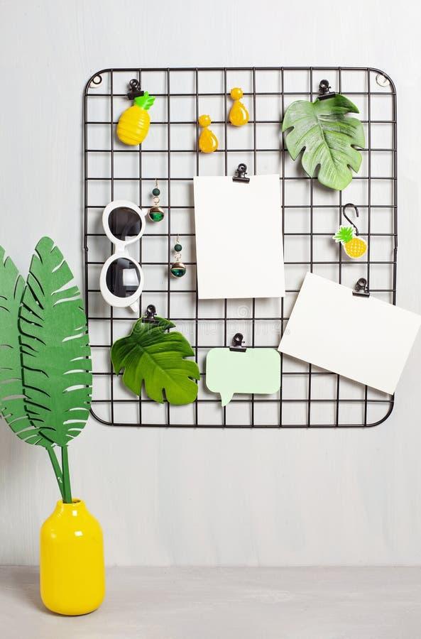 Tablero de la rejilla del alambre con la muchacha \ los 'accesorios y tarjetas de s para las citas inspiradas fotografía de archivo libre de regalías