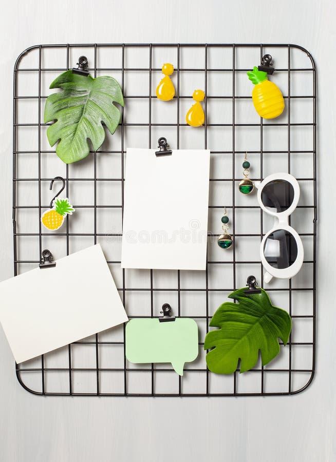 Tablero de la rejilla del alambre con la muchacha \ los 'accesorios y tarjetas de s para las citas inspiradas imágenes de archivo libres de regalías