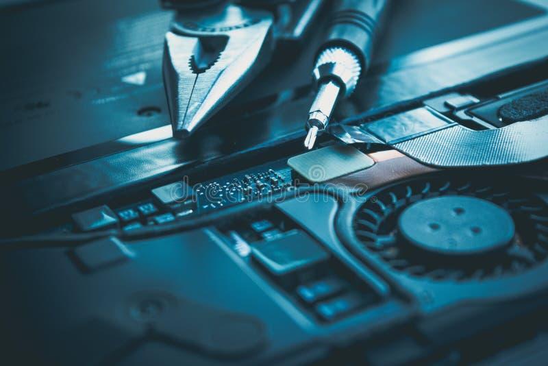 Tablero de la reparación del ordenador portátil del ordenador y hardware o del concepto del circuito de microprocesador foto de archivo libre de regalías