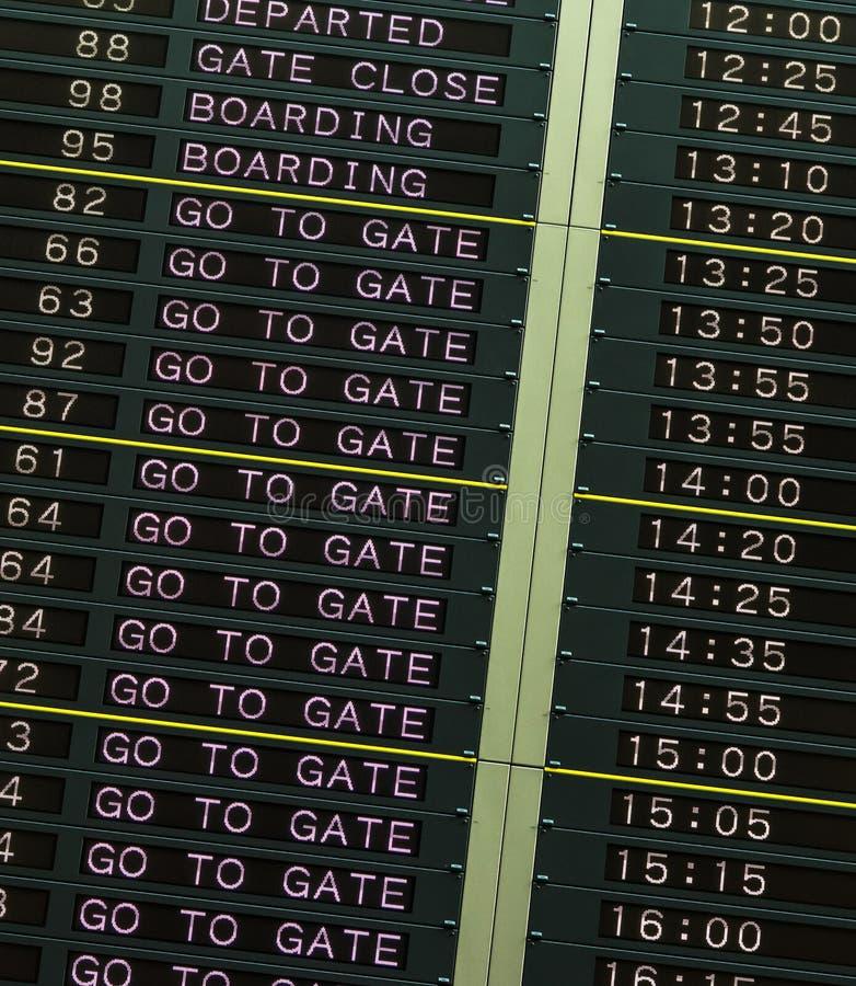 Tablero de la salida en aeropuerto imagen de archivo