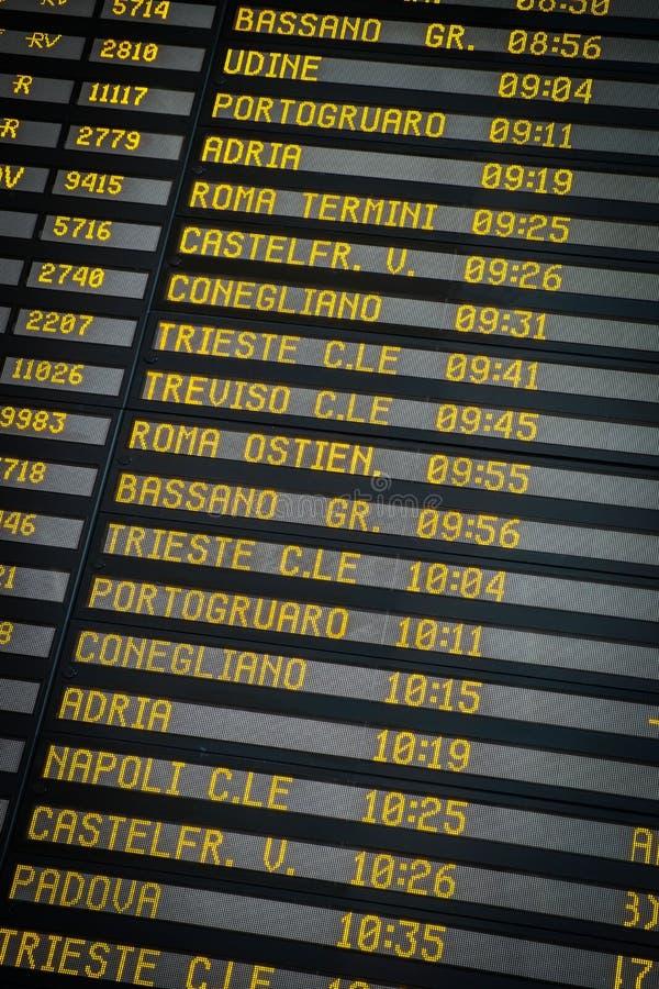 Tablero de la salida en la estación de tren en Venecia, Italia foto de archivo libre de regalías