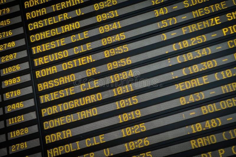 Tablero de la salida en la estación de tren en Venecia, Italia fotografía de archivo libre de regalías