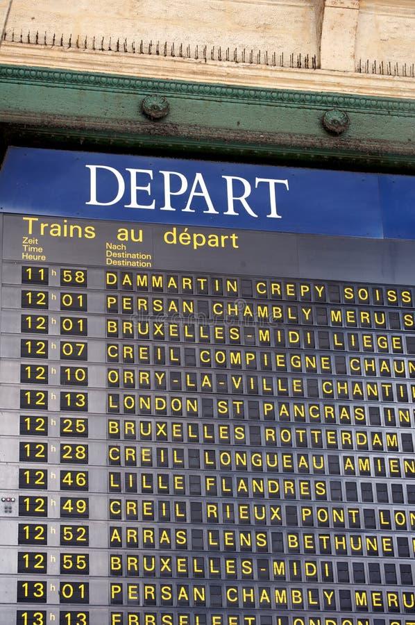 Tablero de la salida en la estación del tren de una París fotografía de archivo