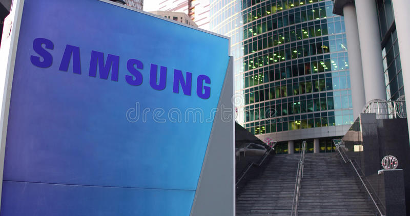 Tablero de la señalización de la calle con el logotipo de Samsung Rascacielos del centro de la oficina y fondo modernos de las es ilustración del vector