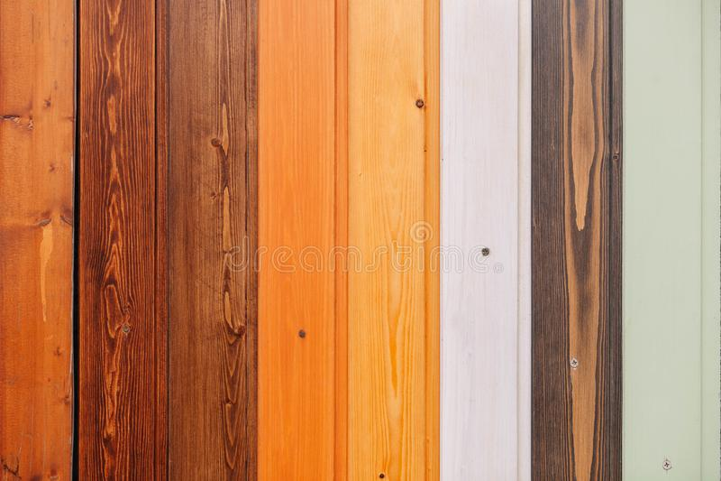 Tablero de madera coloreado con el fondo de la textura de los tornillos fotos de archivo libres de regalías