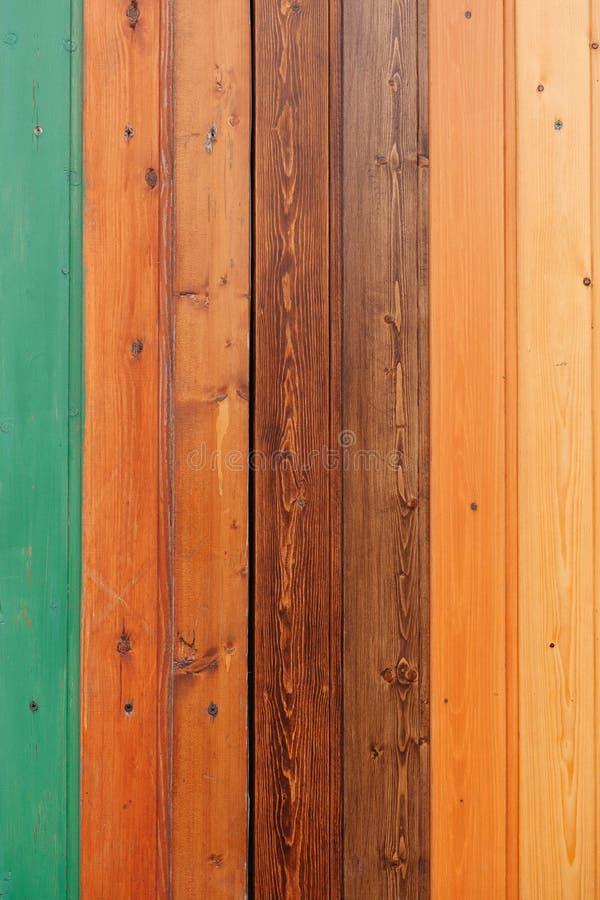 Tablero de madera coloreado con el fondo de la textura de los tornillos fotografía de archivo libre de regalías