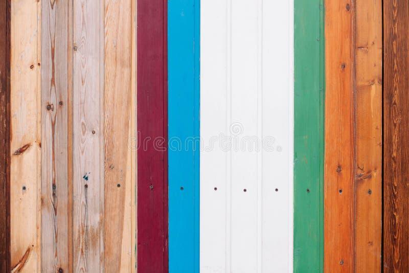 Tablero de madera coloreado con el fondo de la textura de los tornillos imagen de archivo libre de regalías