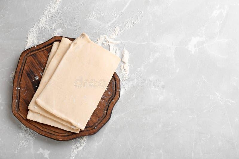 Tablero de madera con pasta fresca en la tabla, visión superior fotografía de archivo
