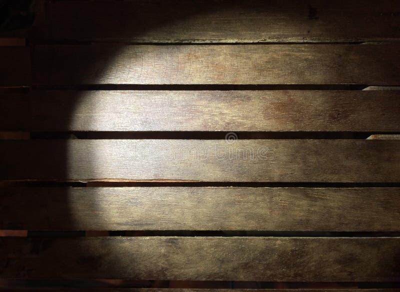 Tablero de madera de la iluminación en el uso de la oscuridad para el fondo fotos de archivo libres de regalías