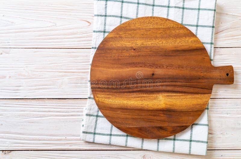 tablero de madera del corte vacío con el paño de la cocina fotos de archivo libres de regalías