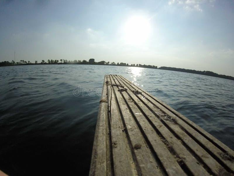 Tablero de madera en el lago imagen de archivo