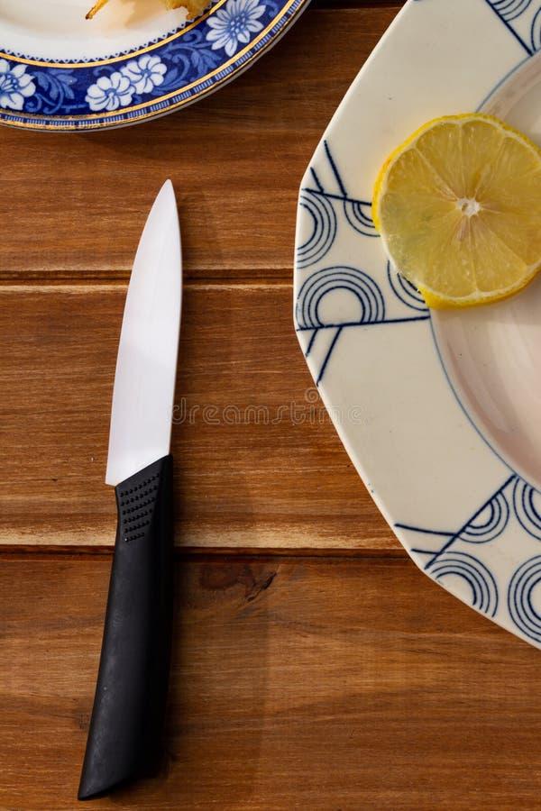 Tablero de madera rústico con una placa vieja y los ingredientes a comer imagenes de archivo