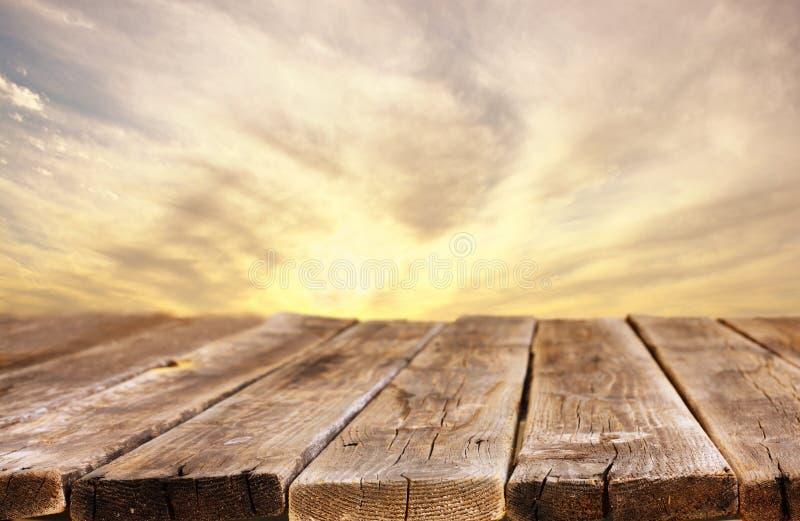 Tablero de madera rústico delante del cielo con las nubes foto de archivo libre de regalías