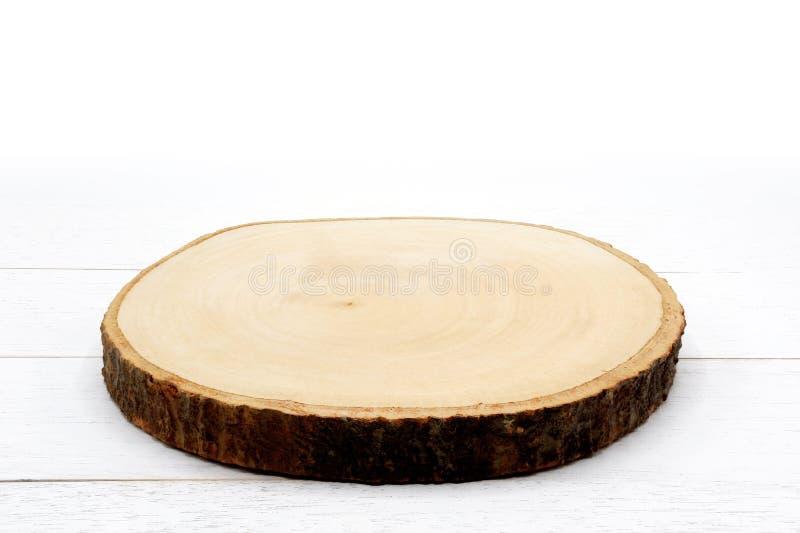 Tablero de madera rústico vacío de la porción de la rebanada en la tabla de madera blanca imágenes de archivo libres de regalías