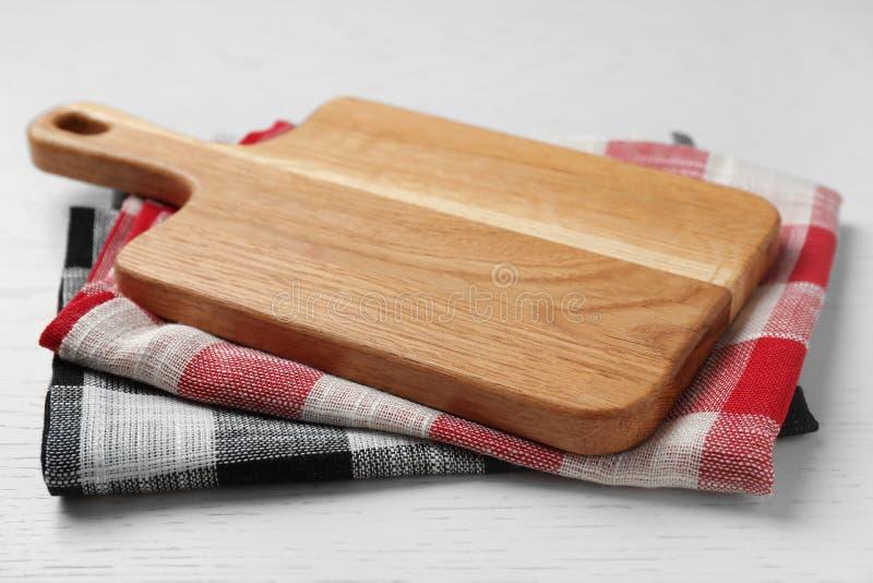 Tablero de madera y toallas de cocina coloridas en la tabla de madera fotos de archivo libres de regalías