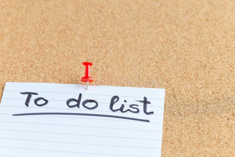 Tablero de memoria del corcho con el trozo de papel y la pluma en blanco, hacer la lista, tabl?n de anuncios, horizontal, primer, fotografía de archivo
