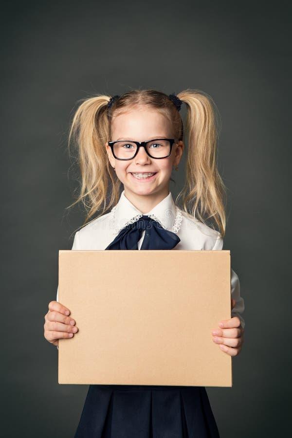 Tablero de publicidad del alumno sobre fondo de la pizarra, muchacha fotos de archivo libres de regalías