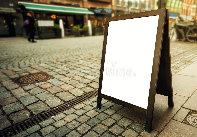 Tablero de publicidad en blanco del restaurante como espacio de la copia en la calle fotos de archivo libres de regalías