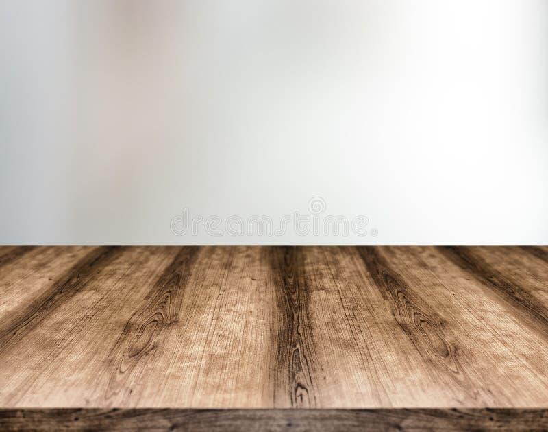 Tablero de tabla vacío de madera delante del fondo borroso Puede ser fotografía de archivo libre de regalías