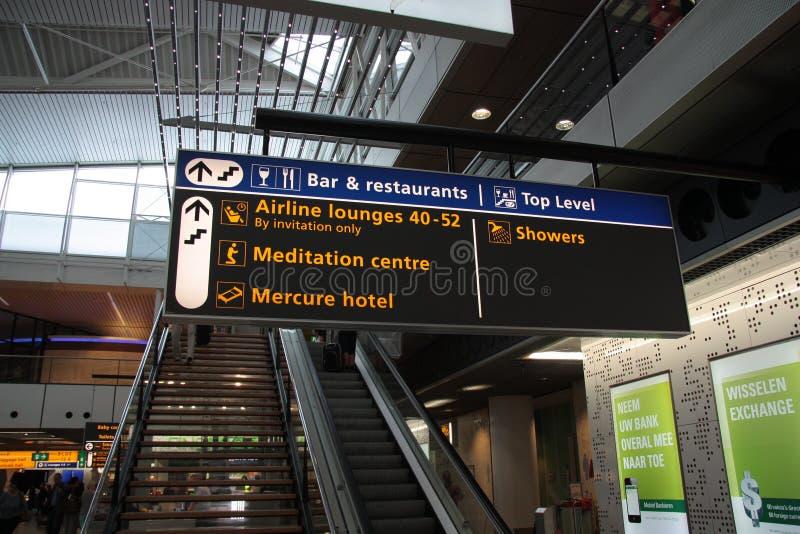 Tablero de una zona del resto en el aeropuerto de Amsterdam Schiphol imagen de archivo libre de regalías