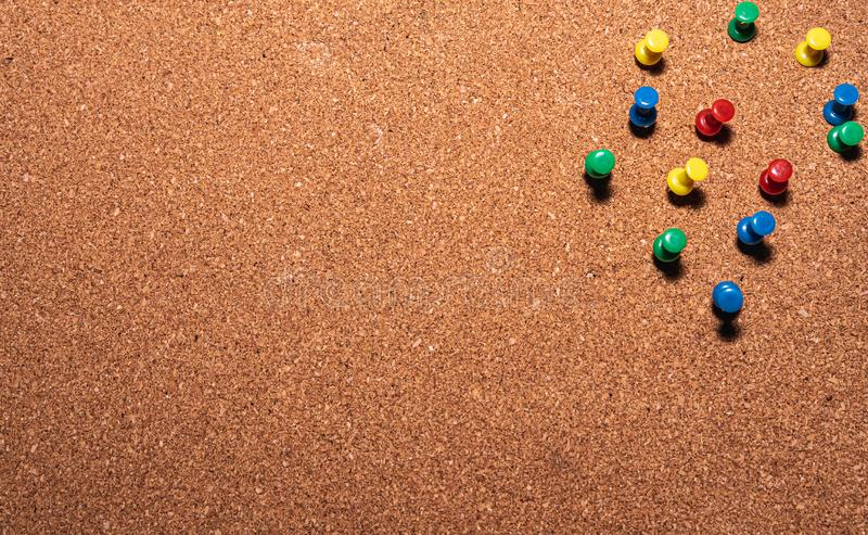 Tablero del corcho con los pernos coloreados en él fotos de archivo