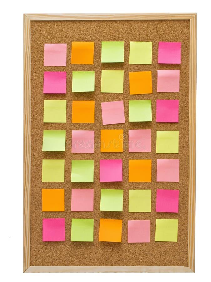 Tablero Del Corcho De La Oficina Con Las Notas De Post-it Amarillas ...