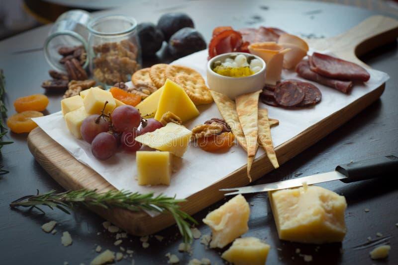 Tablero del queso y cortes fríos fotos de archivo
