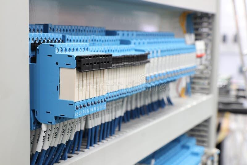 tablero eléctrico atado con alambre con los terminales imágenes de archivo libres de regalías