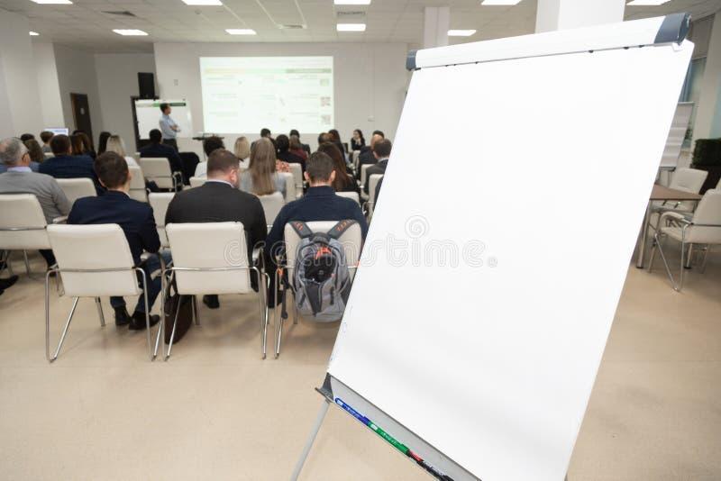 Tablero en el fondo de la audiencia en la sala de conferencias Concepto del asunto imagen de archivo