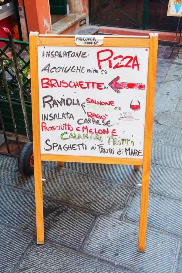 Tablero exterior del menue de un restaurante italiano imagen de archivo libre de regalías