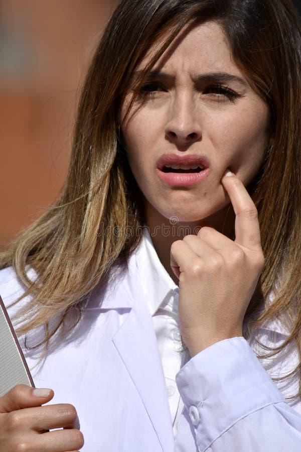 Tablero femenino colombiano lindo de With Toothache With del médico fotos de archivo