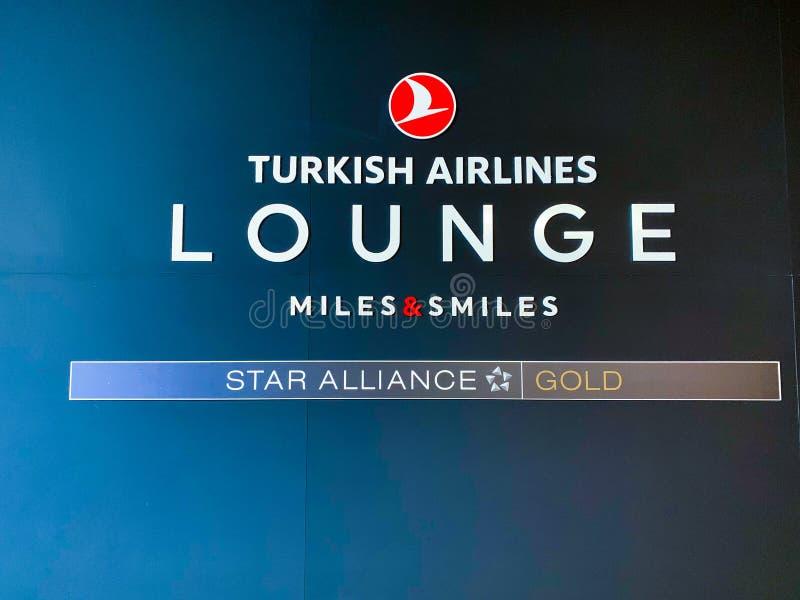 Tablero grande de la entrada del salón de Turkish Airlines, especialmente para que clase de negocios tome resto antes de un vuelo imagen de archivo