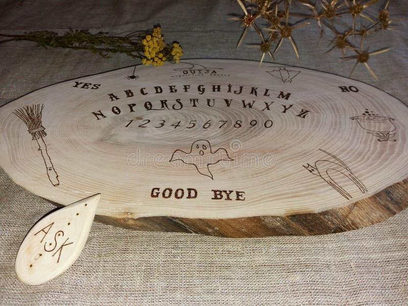 Tablero hecho a mano del ouija imagen de archivo