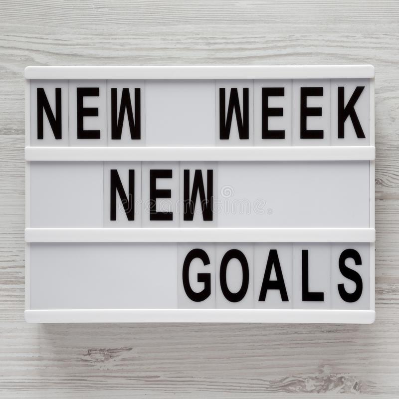 Tablero moderno con el fondo de madera blanco de las nuevas metas nueva semana del texto de la 'encima, visión superior Desde arr imágenes de archivo libres de regalías