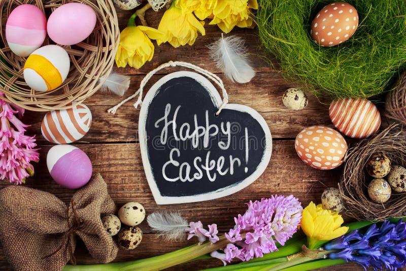 Tablero negro con el texto - Pascua feliz colorido imagenes de archivo
