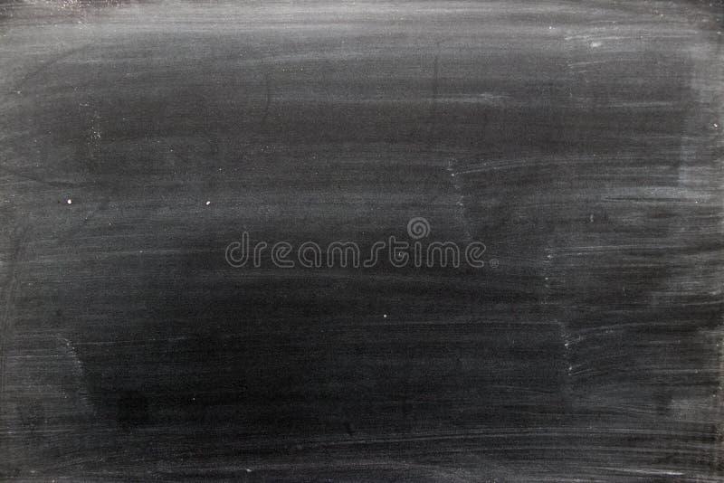 Tablero negro en blanco con el fondo frotado de la textura de la tiza imagenes de archivo