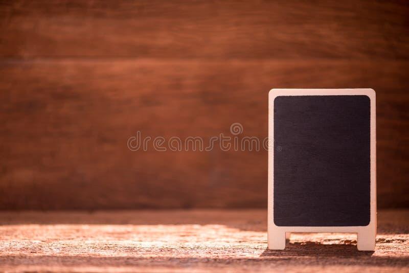 Tablero negro en blanco del menú en la tabla de madera fotografía de archivo
