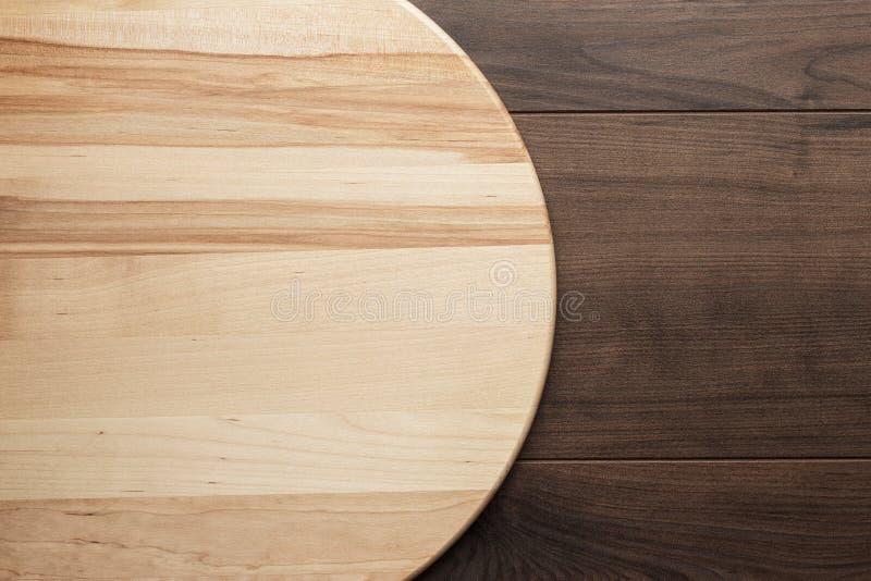 Tablero redondo de madera para la pizza imágenes de archivo libres de regalías