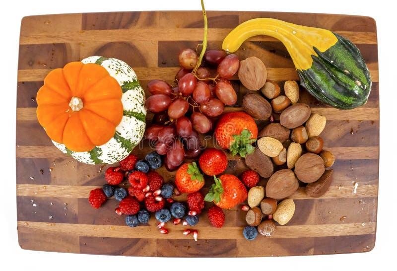 Tablero sano del bocado con la fruta, las calabazas y las nueces fotos de archivo libres de regalías