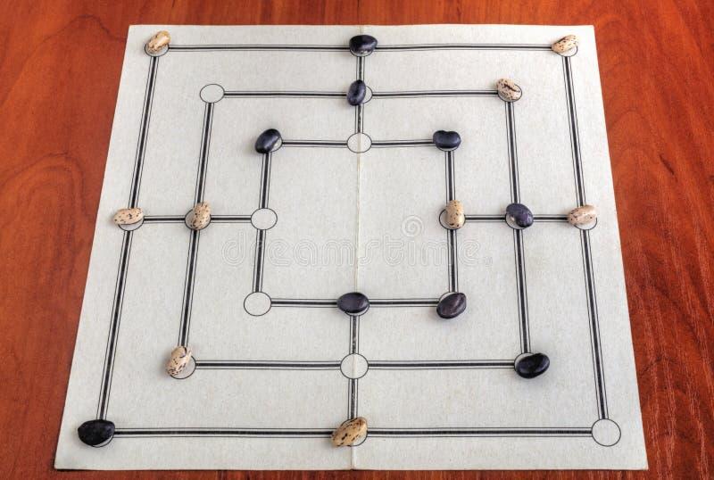 Tablero tradicional para jugar al juego de Morris de nueve hombres fotografía de archivo
