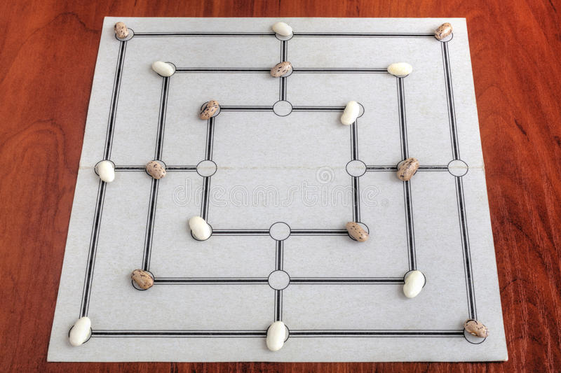 Tablero tradicional para jugar al juego de Morris de nueve hombres imágenes de archivo libres de regalías