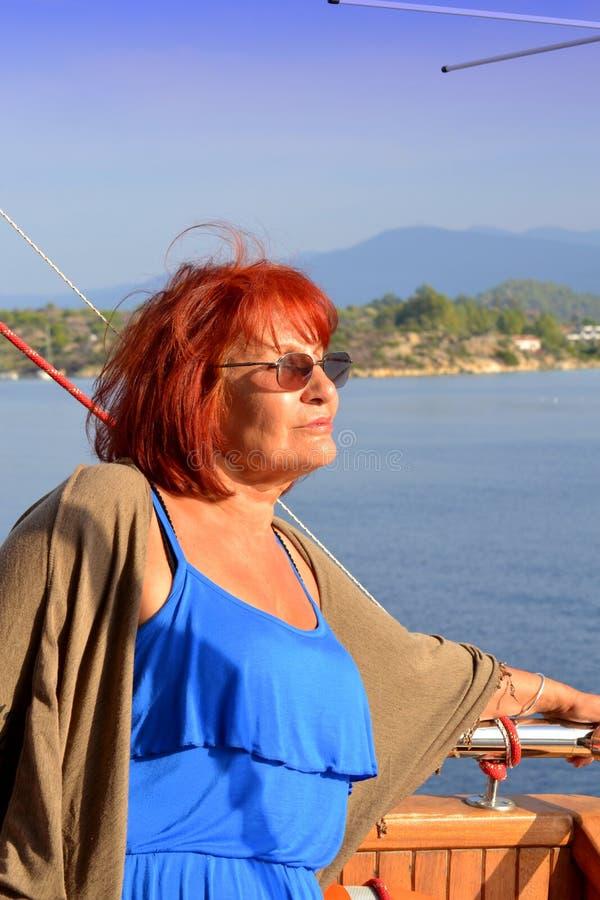 Tablero turístico de la nave de la mujer madura fotografía de archivo