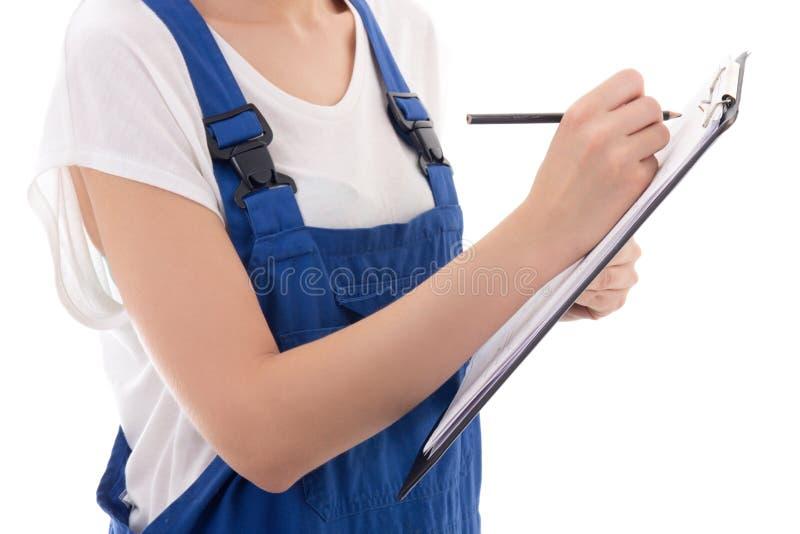 Tablero y pluma en las manos del constructor de la mujer aisladas en blanco fotos de archivo