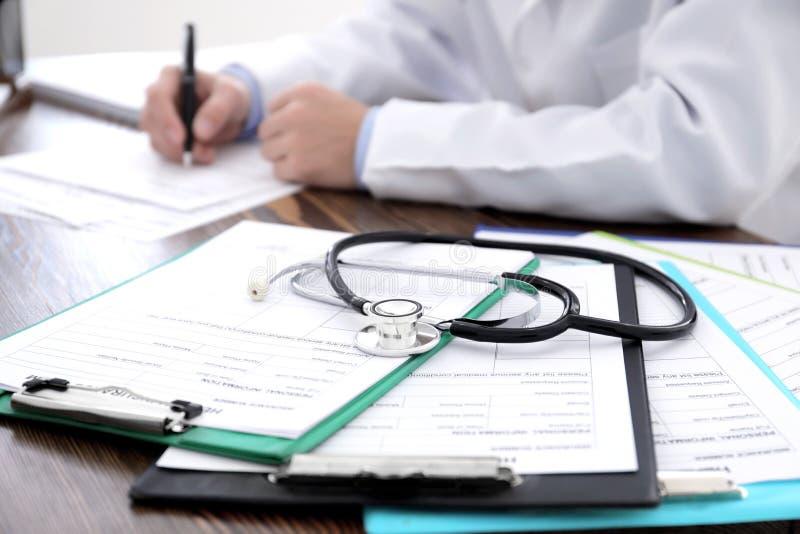 Tableros con las formas del seguro médico imagen de archivo