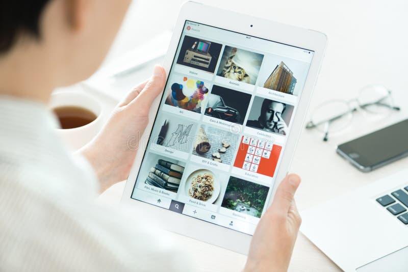 Tableros de Pinterest en el aire del iPad de Apple fotos de archivo libres de regalías