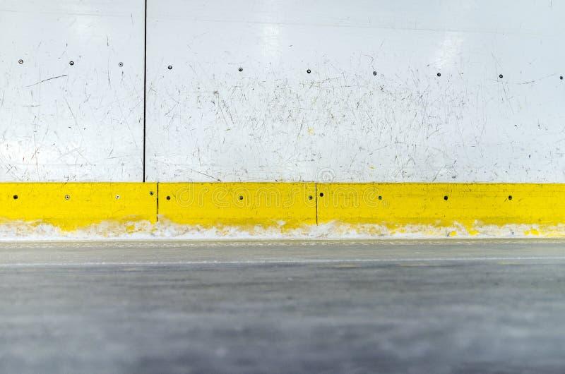 Tableros rasguñados de la pista de hockey sobre hielo imagenes de archivo