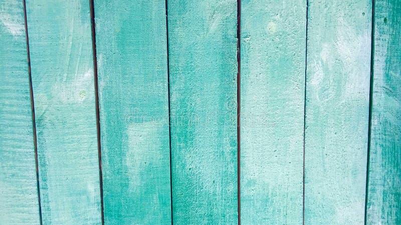 Tableros verdes esmeralda ligeros verticales de una tabla, cerca, paredes inclinadas en perspectiva como fondo del vintage del ex fotos de archivo libres de regalías