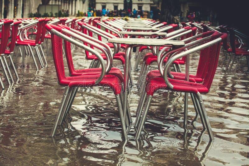 Tables de café sur la place inondée de San Marco, Venise, Italie photos libres de droits
