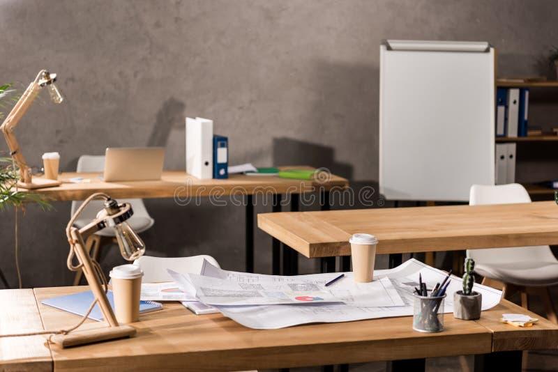 tables de fonctionnement avec des modèles, café photos stock