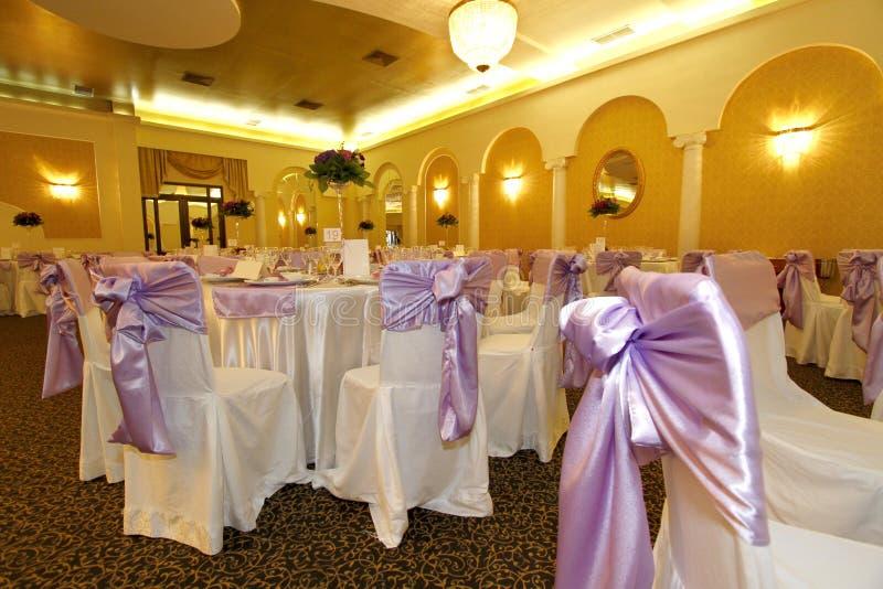 Tables de mariage et présidences couvertes dans une salle de bal images libres de droits